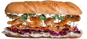 Сэндвич с курицей и овощами в ореховом соусе